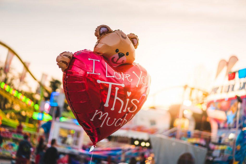 Perché ci ostiniamo a voler dare una forma all'amore? Perché ci ostiniamo a volerlo etichettare?