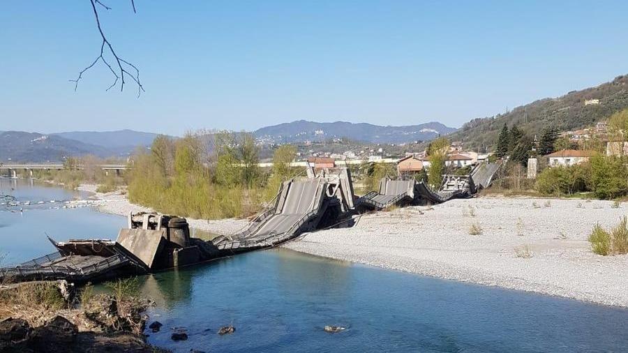 Ponte crollato in provincia di Massa Carrara  ad Aulla, sulla  strada provinciale 70. Il ponte è al confine tra Liguria e Toscana