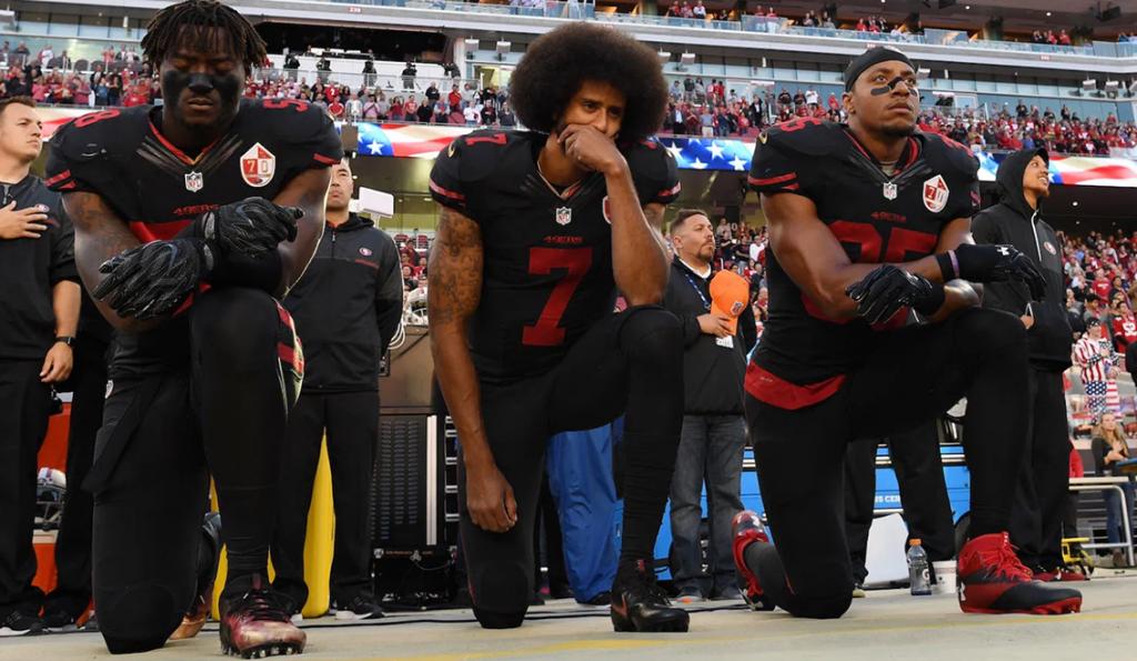 In ginocchio per protesta, la vera storia di Colin Kaepernick, giocatore di football americano, e inventore di questo gesto che gli costò la carriera.