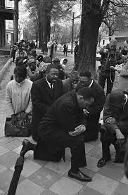 In ginocchio per protesta e ricordare George Floyd , la storia di Colin Kaepernick, inventore di questo gesto che gli costò la carriera.