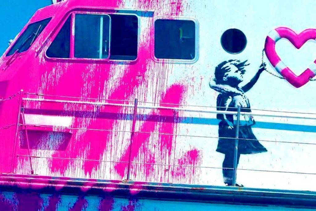 l cuore di Bansky non è un murales ma una nave verniciata di rosa la Louise Michel. Il nome della nave è un omaggio all'anarchica e insegnante francese.