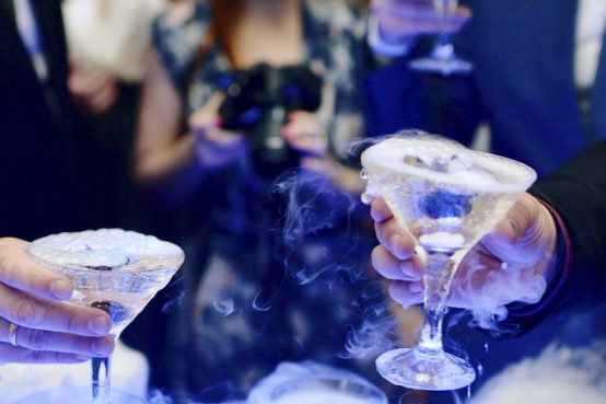 Trasformare i bar in Chiese, afollia o genialità? Per aggirare le regole anti covid ai discepoli altro che ostia e vino. Follia o genialta?