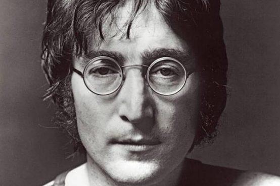 per la melodia Lennon si ispirò a un vecchio brano folk americano: Stewball. Per il titolo a due parole che aveva a cuore: Xmas e War Is Over.