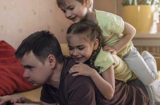 In tempi pandemici e di riorganizzazione della quotidianità, non sono poche le difficoltà di una vita sociale traposta nella vita familiare.