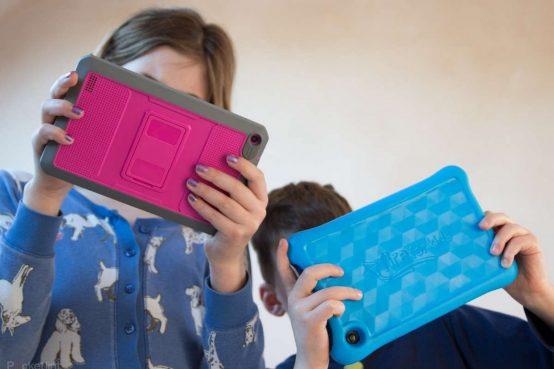 social che uccidono i bambini: Lascereste una pistola carica in mano a un bambino di 9 anni? Eppure li lasciate da soli con un cellulare.