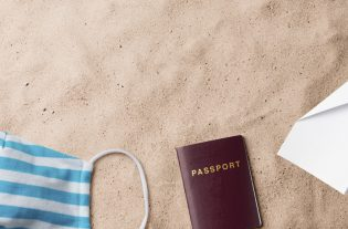 Green pass, moduli e certificati cosa serve per viaggiare in vista delle vacanze estive? Ecco una guida a tutti i documenti necessari